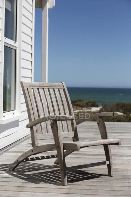 Cadeira de madeira vazia no terraço da casa costeira — Fotografia de Stock