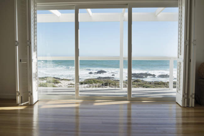 Vista mare da porta di vetro di casa costiera — Foto stock