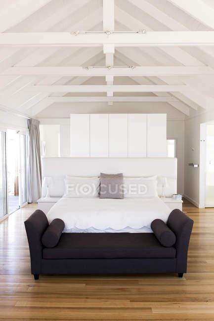 Interior of modern light bedroom in house — Stock Photo