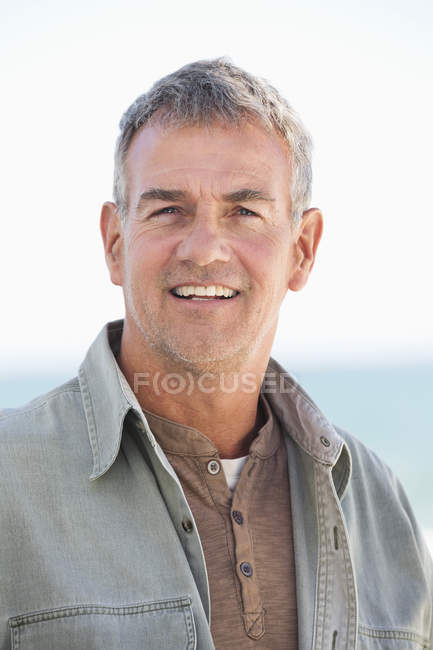 Портрет впевнено людини, посміхаючись на відкритому повітрі — стокове фото