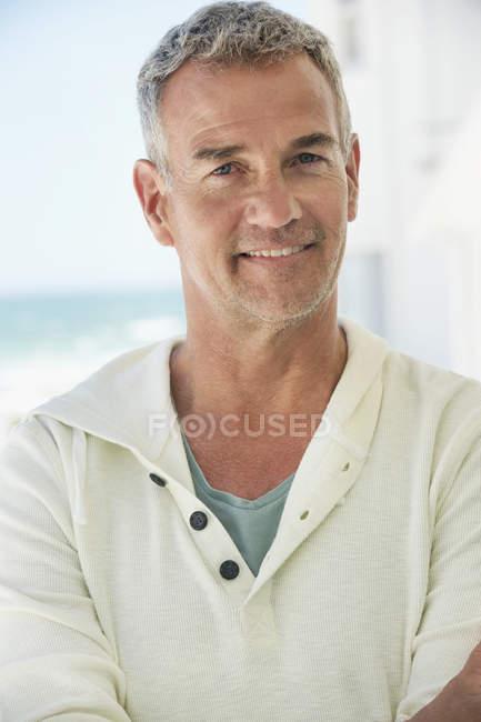 Portrait d'un homme confiant, souriant à l'extérieur — Photo de stock