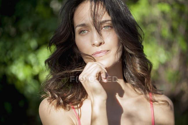 Primo piano di sensuale donna premurosa all'aperto — Foto stock