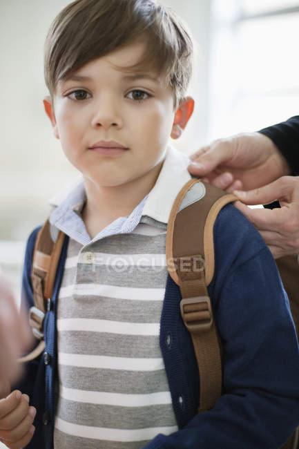 Retrato de garotinho com mochila, olhando para a câmera — Fotografia de Stock