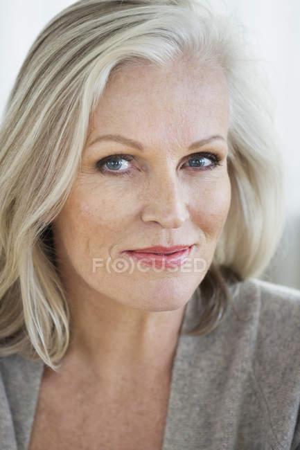 Портрет улыбающейся элегантной пожилой женщины — стоковое фото