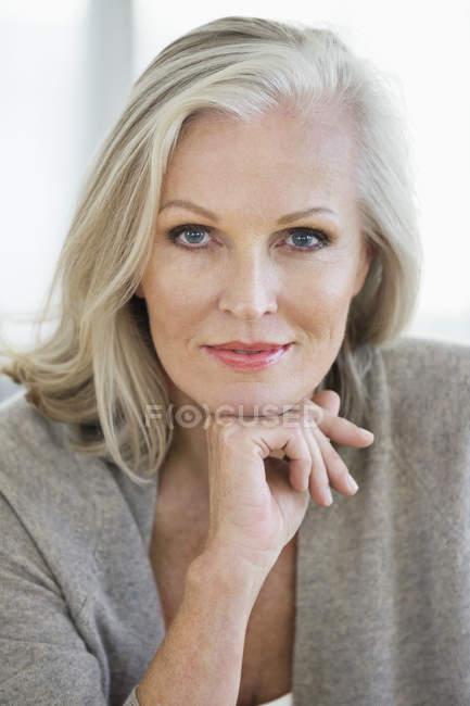 Retrato de mujer senior elegante sonriente - foto de stock