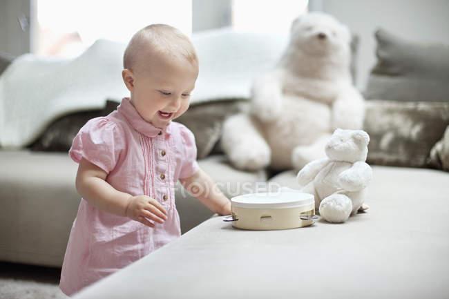 Дівчинка грає вдома з іграшками. — стокове фото