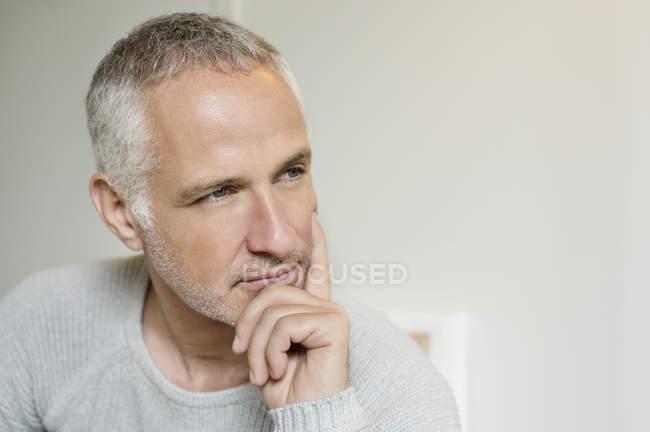 Закри вдумливі сивого волосся людини рукою на підборідді — стокове фото