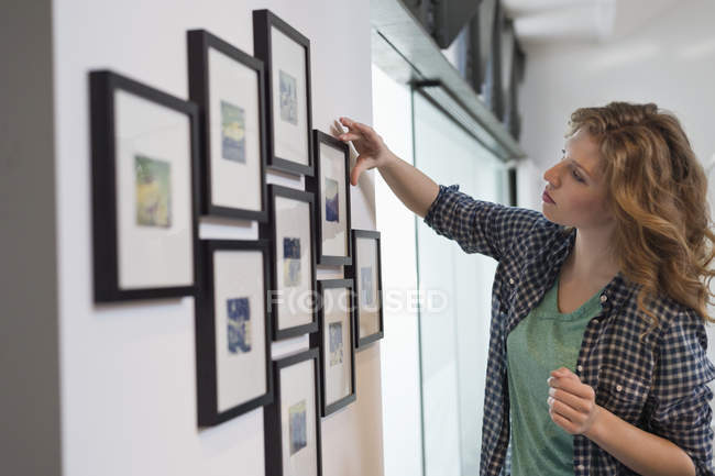 Дизайнер интерьера, размер картины в квартире — стоковое фото