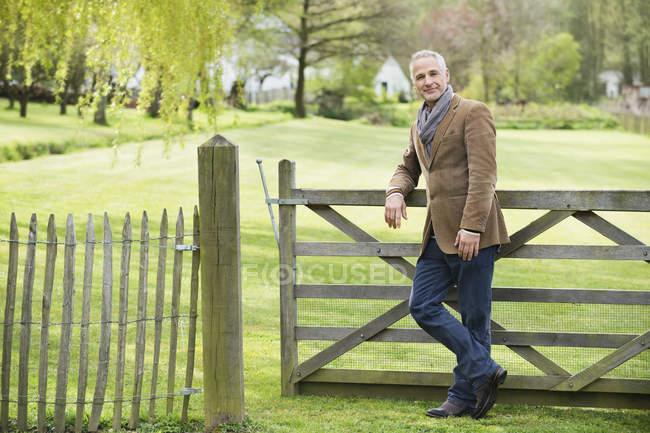 Портрет элегантного взрослого человека, стоящего в парке — стоковое фото