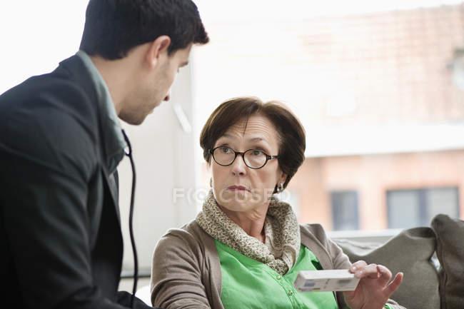 Männlicher Arzt, der dem Patienten Medikamente gibt — Stockfoto