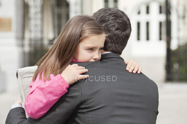 Cute girl hugging father outdoors — Foto stock