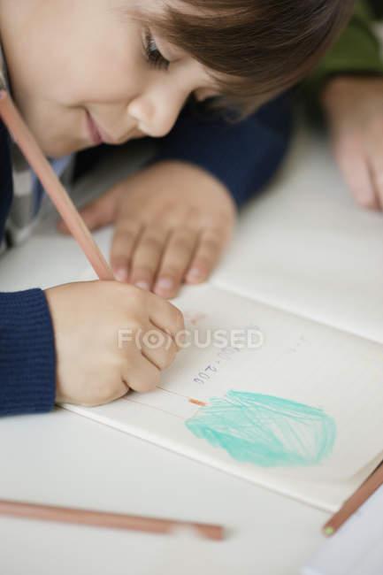 Close-up de concentrado menino estudando — Fotografia de Stock