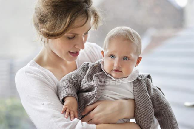 Крупный план женщины, играющей с дочкой — стоковое фото
