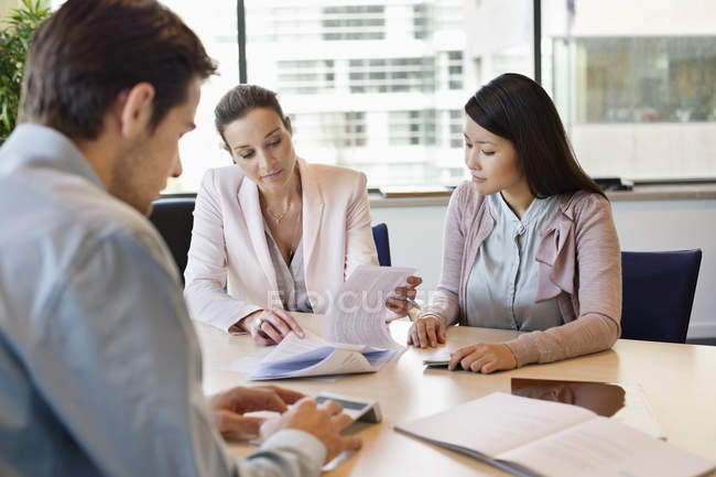 Business Executive diskutiert Immobiliendokumente an Kunden — Stockfoto