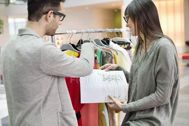 Designers de moda trabalhando no escritório com esboços — Fotografia de Stock