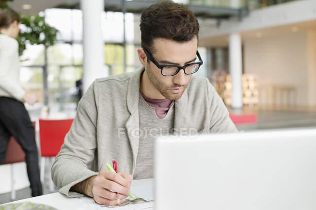 Designer de moda masculino trabalhando no escritório — Fotografia de Stock