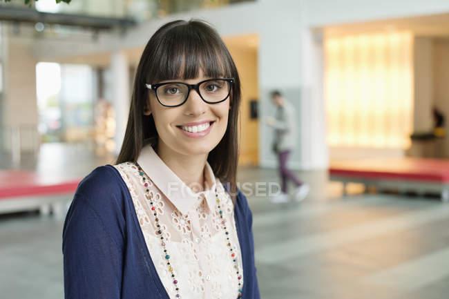 Ritratto di donna d'affari in occhiali sorridente in ufficio — Foto stock