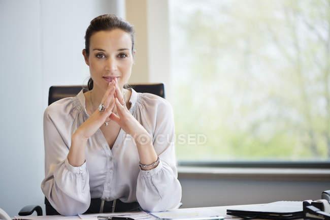 Портрет впевнено підприємець, сидячи в офісі — стокове фото