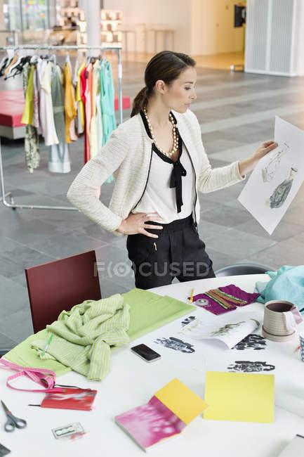 Концентрований Дизайнер жіночого одягу, працюючи в офісі — стокове фото