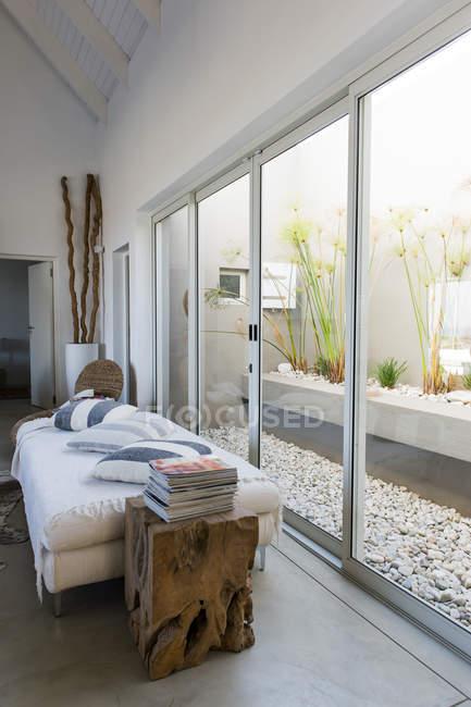 Интерьер разработан современной гостиной — стоковое фото