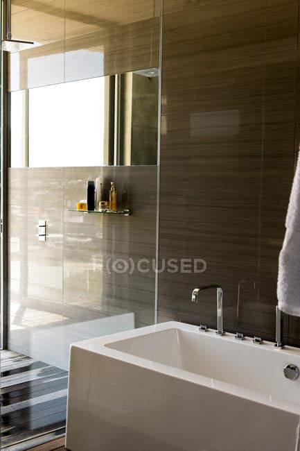Primer plano de la bañera en el cuarto de baño moderno con estilo ...