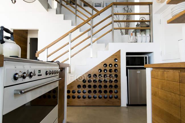 Інтер'єри з сучасною кухнею в однокімнатна квартира — стокове фото