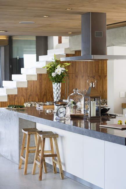 Інтер'єр кухонного столу в однокімнатна квартира — стокове фото