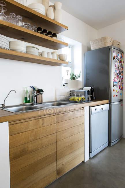 Interior da moderna cozinha com balcão de madeira — Fotografia de Stock