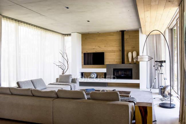 Interior de la moderna sala de estar con estilo - foto de stock