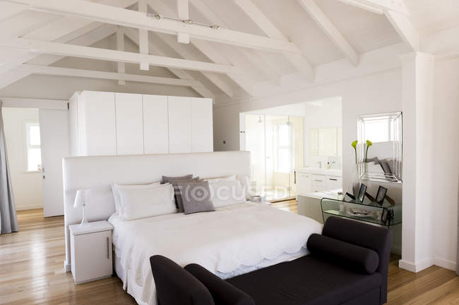 Interior de dormitorio acogedor luz moderno - foto de stock