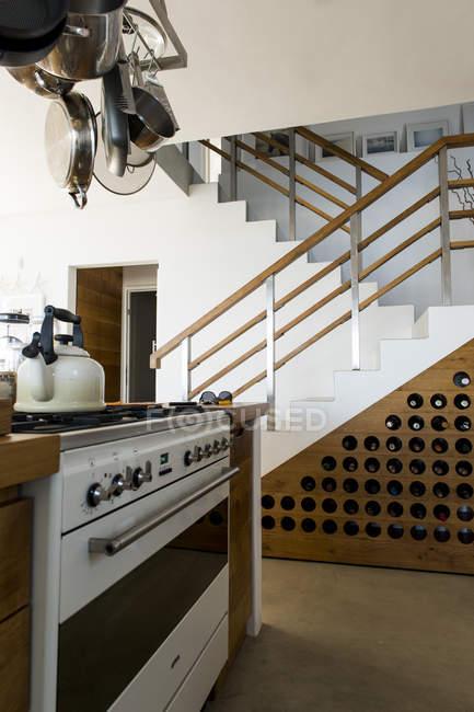 Интерьер современной кухни в однокомнатной квартире — стоковое фото