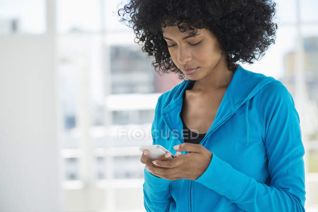 Primo piano del testo della donna con il telefono cellulare di messaggistica — Foto stock