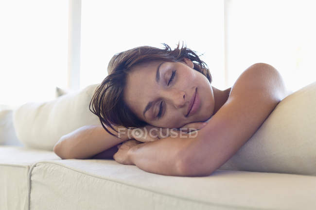 Relaxed brunette woman sleeping on bed — Stock Photo