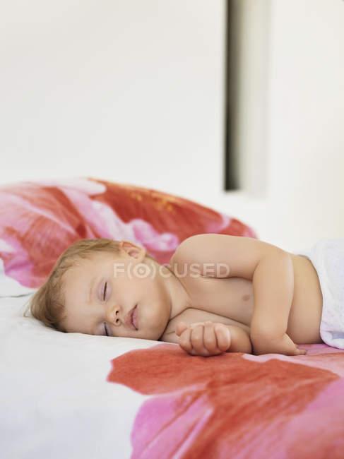 Успокоить милый мальчик спит в постели — стоковое фото