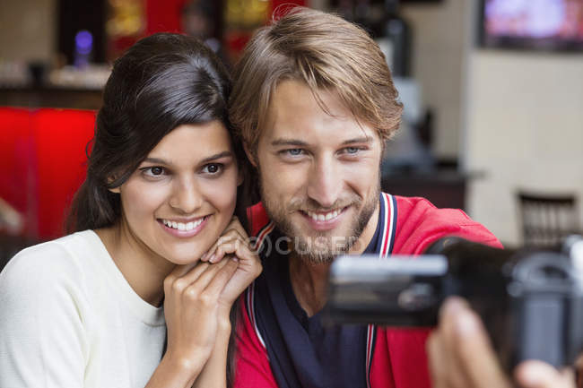 Couple filming themselves with home video camera — Stockfoto