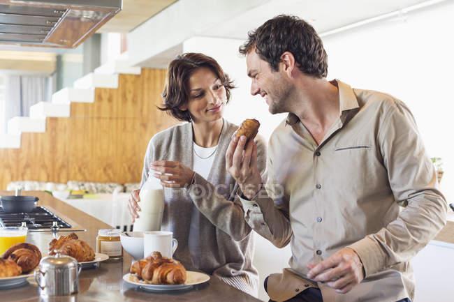 Coppia che fa colazione al bancone della cucina — Foto stock