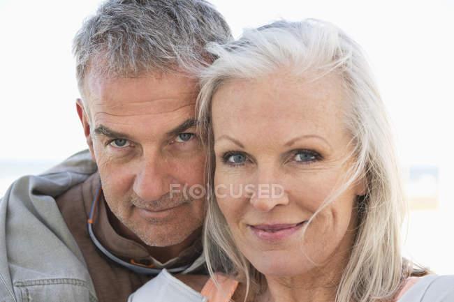 Retrato de pareja romántica senior sonriendo al aire libre - foto de stock