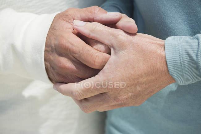 Primer plano de pareja cogidos de la mano juntos - foto de stock