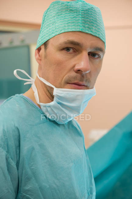 Male surgeon standing in operating room — Stock Photo