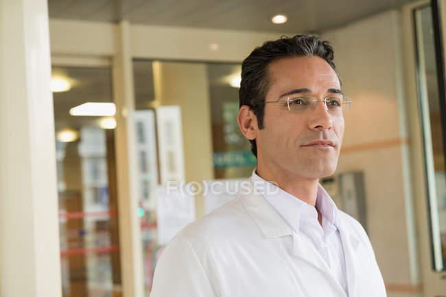 Портрет чоловічого лікар, стоячи в лікарні — стокове фото