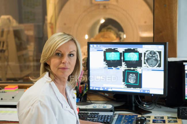 Портрет жінці – лікарю вивчення МРТ мозку на комп'ютері — стокове фото