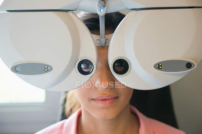 Paciente femenino con examen oftalmológico en clínica - foto de stock