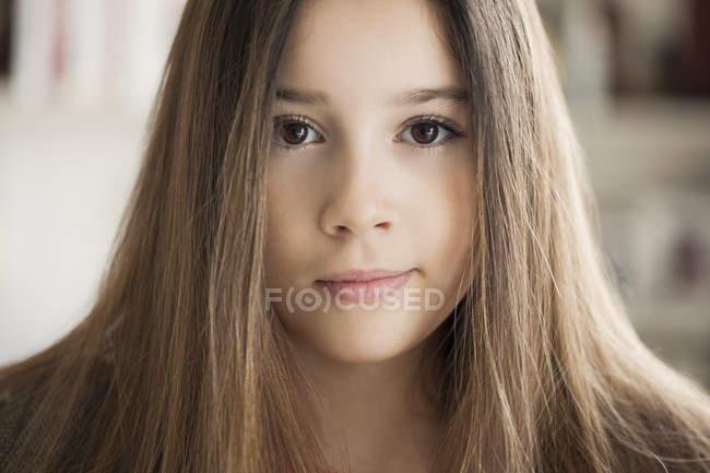 Ritratto dell'adolescente sorridente che esamina macchina fotografica — Foto stock