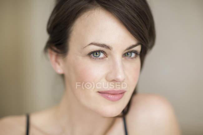 Retrato de mujer elegante, con ojos azules mirando a cámara - foto de stock