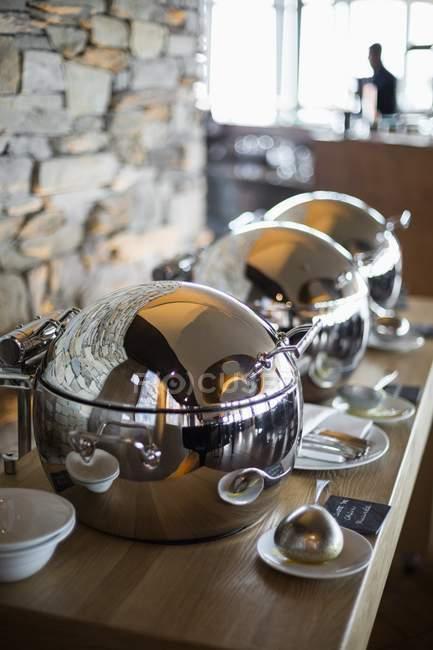 Scaldamuscoli sul tavolo del ristorante, Crans-Montana, Alpi svizzere, Svizzera — Foto stock
