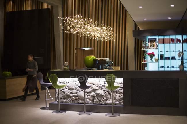 Zona bar dell'hotel Chetzeron, Crans-Montana, Alpi svizzere, Svizzera — Foto stock