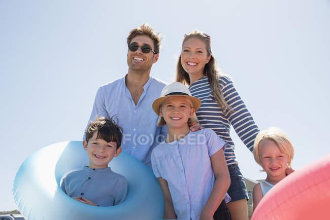 Porträt einer glücklichen Familie, die ihren Strandurlaub genießt — Stockfoto