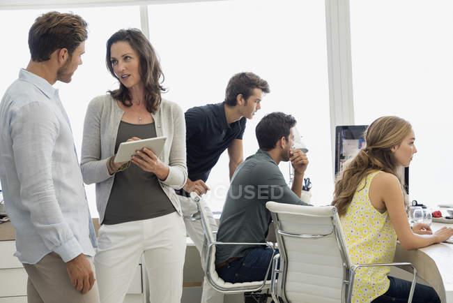 Коллеги по бизнесу работают вместе — стоковое фото