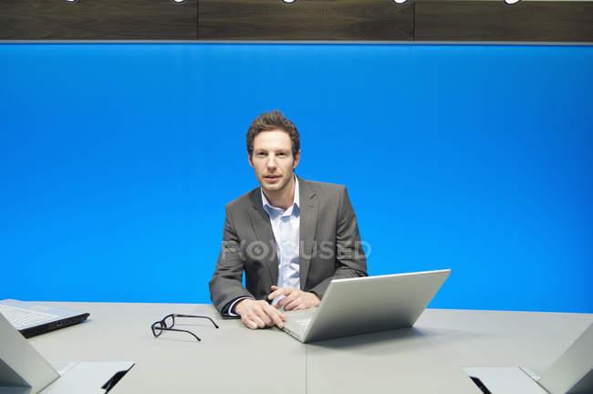 Empresario trabajando en portátil en sala de conferencias - foto de stock