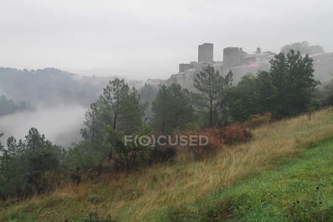 França, Ardeche, Montreal, a aldeia eo castelo na névoa, paisagem na névoa , — Fotografia de Stock